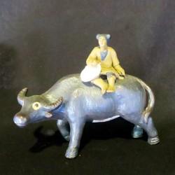 figura buey pequeña con personaje amarillo 8x8x4,5 cm